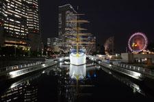 帆船日本丸と大観覧車の夜景の画像001