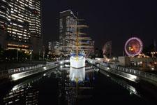 帆船日本丸と大観覧車の夜景の画像002