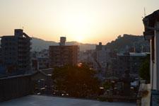 長崎市の街に沈む夕日の画像001