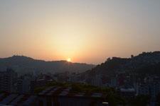長崎市の街に沈む夕日の画像004