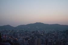 夕闇の中の稲佐山