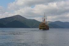 芦ノ湖に浮かぶ海賊船の画像001