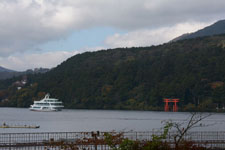 芦ノ湖に浮かぶ遊覧船と鳥居の画像001