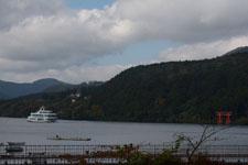 芦ノ湖に浮かぶ遊覧船と鳥居の画像002