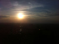 新宿のビル街に沈む太陽