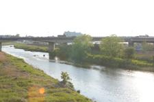 都会を流れる小川の画像001