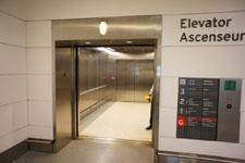 トロント・ピアソン国際空港のエレベーター