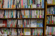 本屋の本棚に並ぶ書籍の画像001