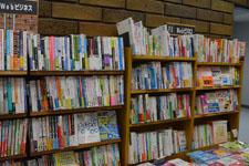 本屋の本棚に並ぶ書籍の画像002