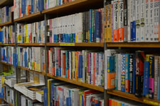本屋の本棚に並ぶ書籍の画像003