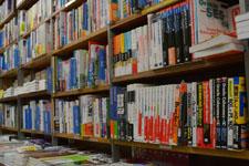 本屋の本棚に並ぶ書籍の画像004