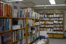 本屋の本棚に並ぶ書籍の画像005