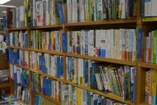 本屋の本棚に並ぶ書籍の画像007