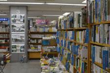 本屋の本棚に並ぶ書籍の画像008