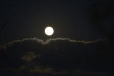 釧路湿原にかかる月の画像001