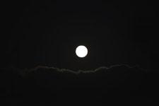 釧路湿原にかかる月の画像003