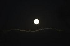 釧路湿原にかかる月の画像004