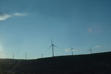 アメリカのハイウェイから見える風車の画像002