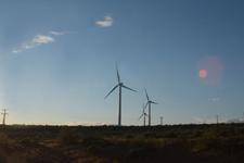 アメリカのハイウェイから見える風車の画像007