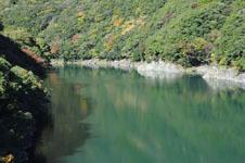 ダムの紅葉の画像001