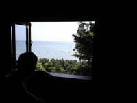 カフェの窓から見える沖縄の海