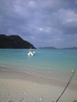 渡嘉志久ビーチの海と船