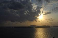 照山展望台から見た沖縄の海に沈む夕日の画像004