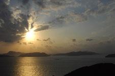 照山展望台から見た沖縄の海に沈む夕日の画像005