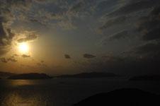 照山展望台から見た沖縄の海に沈む夕日の画像007