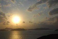 照山展望台から見た沖縄の海に沈む夕日の画像010