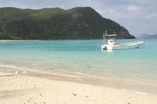 沖縄の海と船の画像025