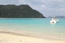 沖縄の海と船の画像027