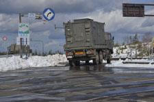 雪と自衛隊のトラックの画像001