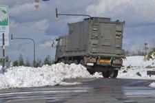 雪と自衛隊のトラックの画像002