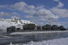 雪と自衛隊の隊列