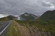 弟子屈町の硫黄山と道路