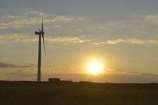 根室半島の風車と夕日の画像001