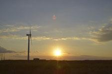 根室半島の風車と夕日の画像002